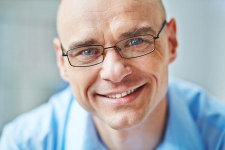 안경에 웃는 사업가의 얼굴