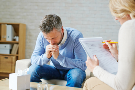 Gespannen man een bezoek aan zijn psycholoog