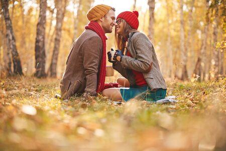Affectueux gars et une fille assis face à face dans un environnement naturel Banque d'images - 45582394
