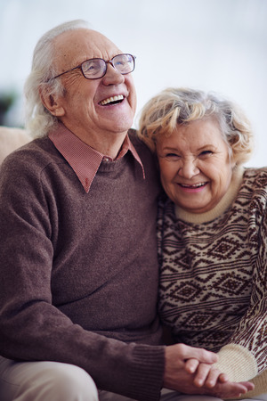 Anciano alegre y mujer en suéteres Foto de archivo