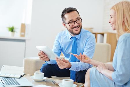 Gelukkig jonge werknemers bespreken gegevens op vergadering