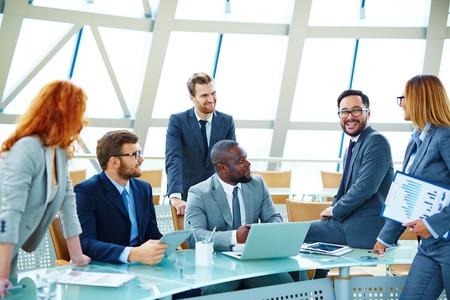 gerente: Equipo de negocios moderno hablar de sus ideas en la reuni�n