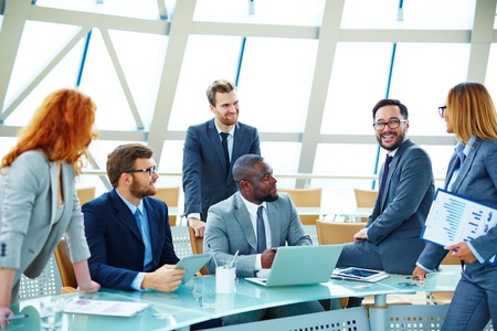 Moderne Business-Team diskutieren ihre Ideen bei Treffen Standard-Bild - 45902369