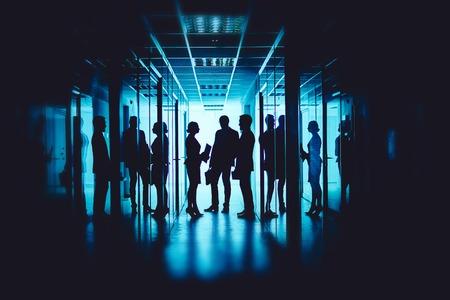 reuniones empresariales: Grupo de compañeros de trabajo que interactúan en la reunión en el pasillo del centro de negocios
