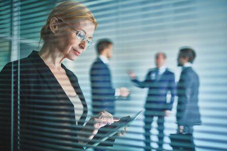 ejecutivo en oficina: Empresaria con pantalla t�ctil de trabajo en la oficina