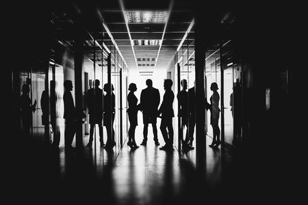 Los empleados que hablan en el pasillo del centro de negocios Foto de archivo - 46149125