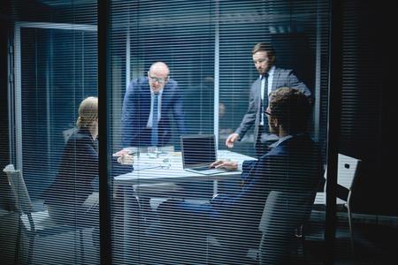 gerente: Hombres de negocios modernos que tienen reunión en la oficina