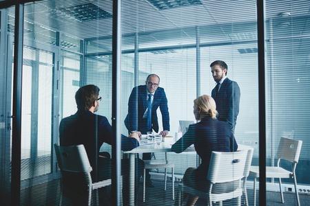 職場で会議を有するビジネス チーム