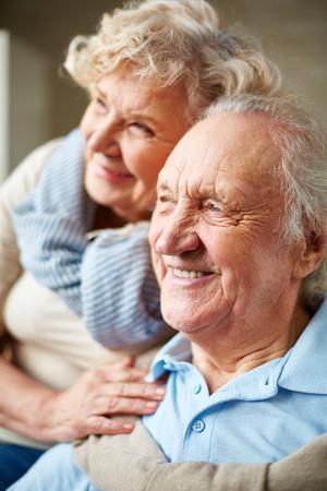 caras felices: Hombre y mujer mayores cari�osos