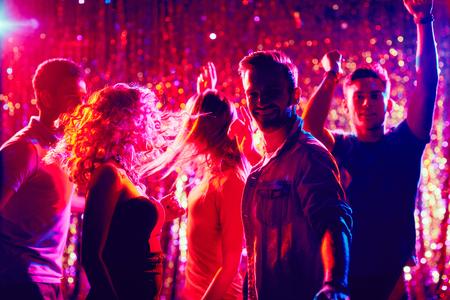 gente bailando: Bailando la gente joven que tiene partido