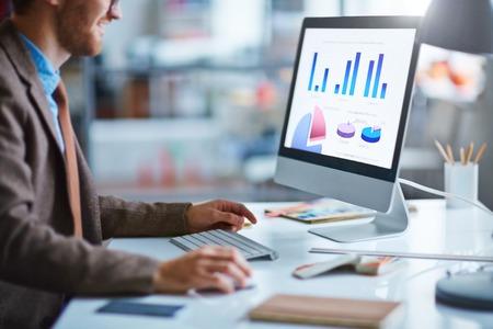 컴퓨터에서 전자 문서로 작업하는 젊은 사업가 스톡 콘텐츠