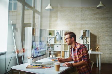 Datos joven que analiza el diseñador en la oficina