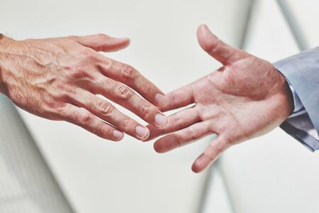 manos unidas: Manos de los hombres de negocios apretón de manos antes