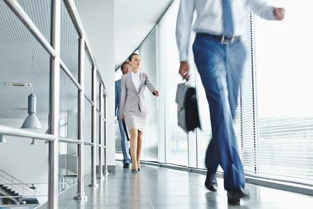 Jonge mensen uit het bedrijfsleven in formalwear gaan voor werk Stockfoto