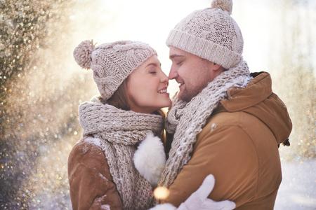 parejas romanticas: feliz pareja de jóvenes que ligan en día de invierno Foto de archivo