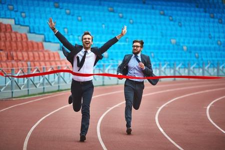 Gelukkige jonge zakenman winnen van de race Stockfoto
