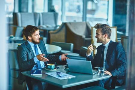 empresarios: Dos hombres de negocios confidentes que comparten sus ideas y opiniones