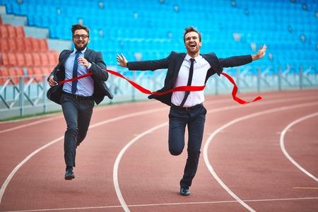 Jonge zakenlieden die op stadion Stockfoto