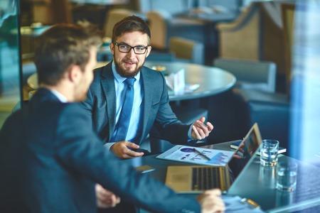 hombre de negocios: hombres de negocios de jóvenes discutir ideas y estrategias en la oficina