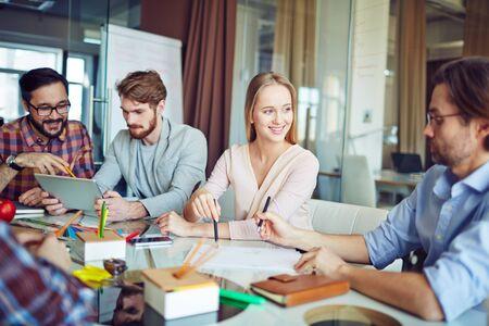 mujeres felices: Grupo empresarial moderno discutir el papel en la oficina