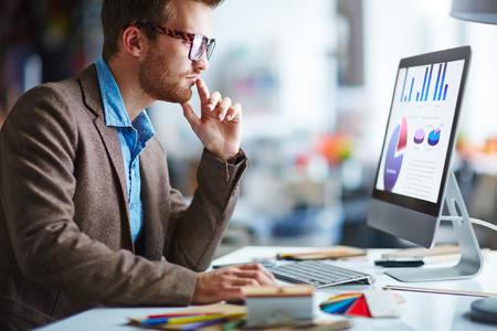 사무실에서 근무하는 안경에 젊은 잠겨있는 사업가 스톡 콘텐츠