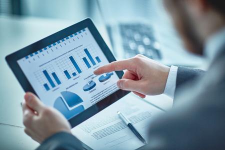 사업가 터치 패드의 문서에 전자 데이터 가리키는
