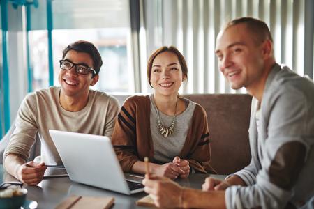 grupos de personas: Grupo de amigos felices jóvenes o personas de negocios modernos