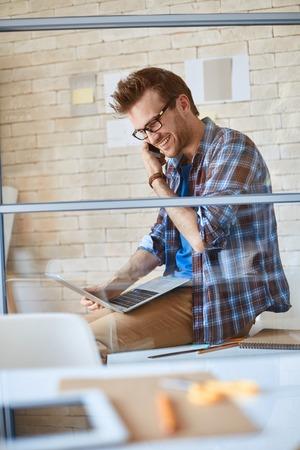 persona feliz: Diseñador joven que habla con su cliente