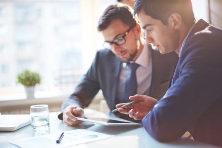empresario: J�venes empresarios en discusiones sobre los datos en la reuni�n