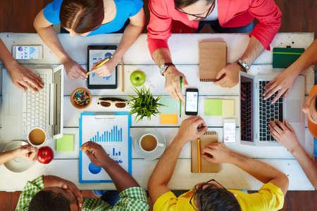 personas comunicandose: Grupo de personas que la discusi�n en el lugar de trabajo