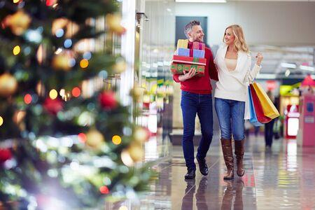 marido y mujer: Pares cari�osos comprar los regalos de Navidad en el centro comercial
