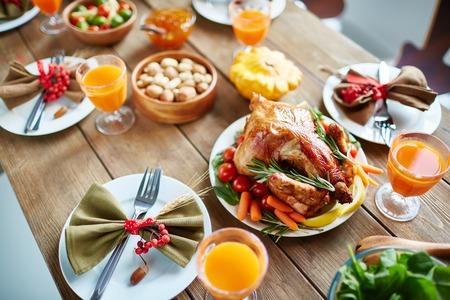 las aves de corral asado y otros alimentos en la mesa de Acción de Gracias Foto de archivo
