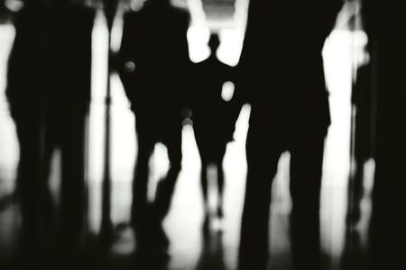 espada: La gente de negocios caminando por el pasillo del centro de la oficina Foto de archivo