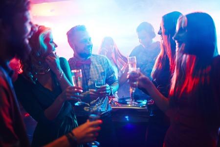 clubbers: Clubbers felices con champ�n celebrando vacaciones