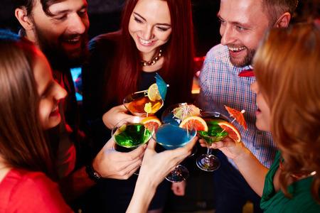 Jeunes amis ayant fête avec des cocktails Banque d'images - 47782300