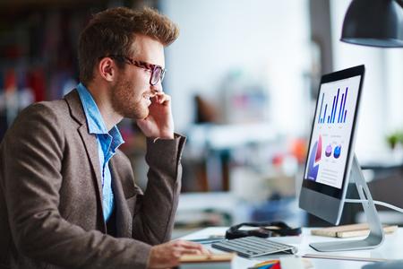 El hombre de negocios análisis de datos financieros en la oficina Foto de archivo