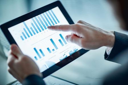 사업가 터치 패드의 화면에 그래프와 차트를 보여 주었다