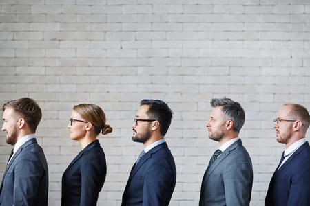 remar: La gente de negocios de pie en una fila Foto de archivo