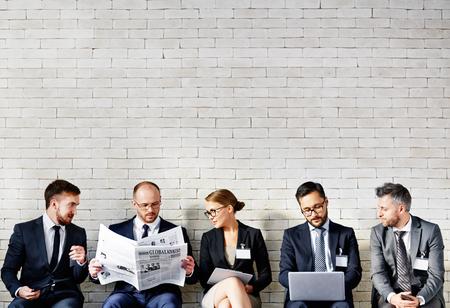 üzlet: Üzleti emberek ülnek egy sorban, és dolgozik az irodában