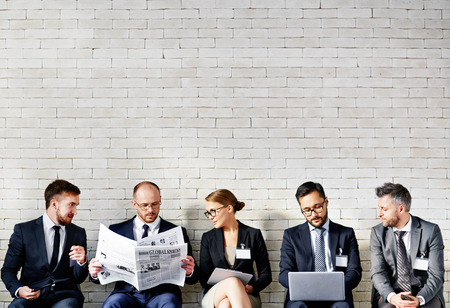 ビジネス人々 の行に座っていると、オフィスで働いています。