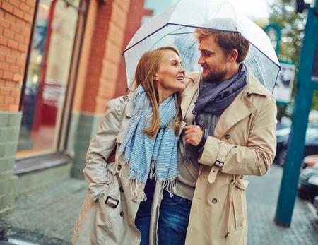 uomo sotto la pioggia: Bella coppia sotto la pioggia