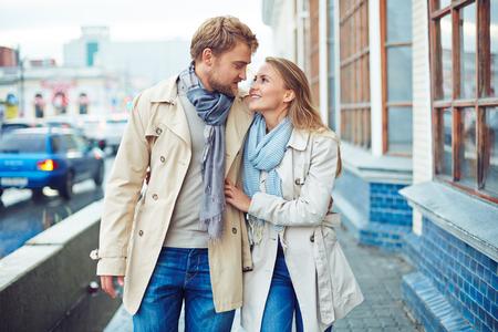parejas enamoradas: Joven pareja disfrutando día de otoño juntos en la ciudad