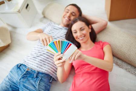 paleta de pintor: Feliz pareja elegir el color de su habitación, junto Foto de archivo