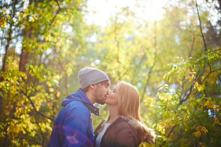 parejas romanticas: Amante de la joven pareja besándose al aire libre en día hermoso del otoño