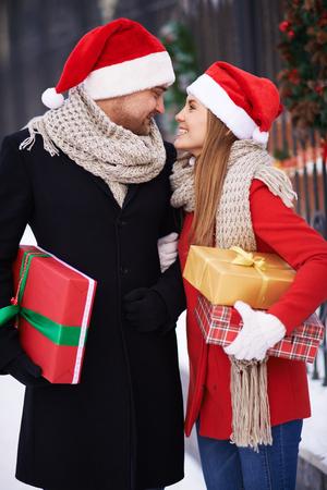 mujeres juntas: Pareja joven en los sombreros de Santa que compran regalos para la Navidad Foto de archivo