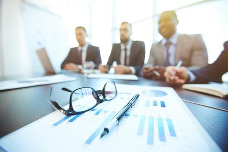 hombre de negocios: Documento, pluma y anteojos en el fondo de hombres de negocios que trabajan