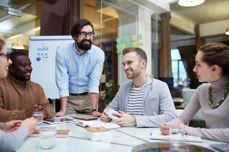reuniones empresariales: Grupo de trabajadores de oficina tener la reunión Foto de archivo