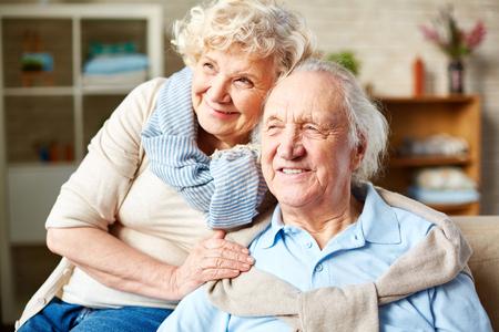 marido y mujer: Marido mayor feliz y mujer en ropa casual Foto de archivo