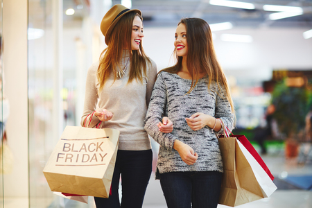 chicas de compras: Chicas jóvenes con bolsas de la compra en la tienda