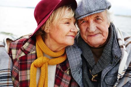 pärchen: Liebevolle ältere Paare in der warmen Kleidung Lizenzfreie Bilder